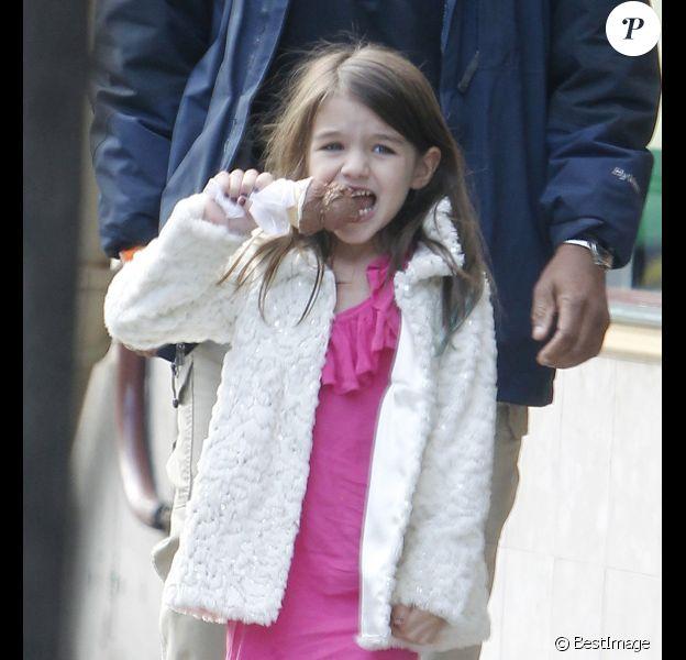 Katie Holmes se balade avec sa fille Suri Cruise à Pittsburgh le 3 octobre 2011