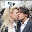 Cindy et Giuseppe lors d'une séance de dédicaces pour Carré Viiip en mars 2011