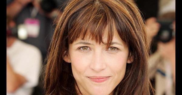 sophie marceau d voile sa longue chevelure ch tain aux reflets roux une couleur qui se marie. Black Bedroom Furniture Sets. Home Design Ideas