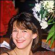 Sophie Marceau a coupé ses cheveux bruns pour leur donner un peu de volume. La jeune actrice est radieuse au naturel. 3 mars 1985