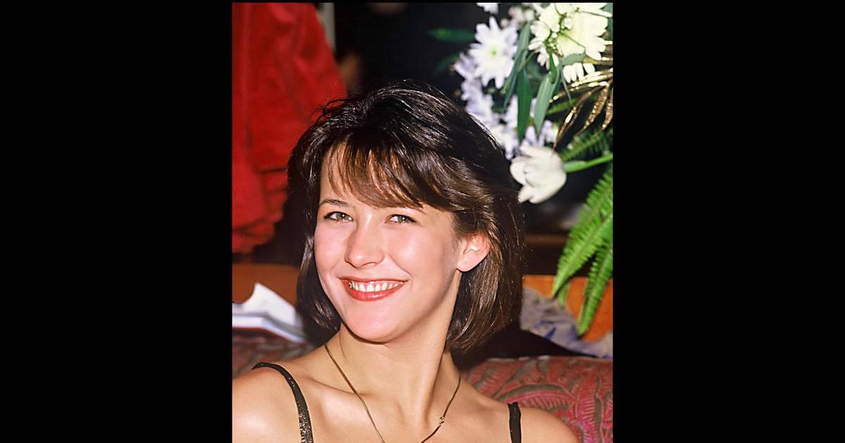 Sophie Marceau a coupé ses cheveux bruns pour leur donner un peu de volume. La jeune actrice est radieuse au naturel. 3 mars 1985.
