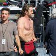 Gerard Butler se donne un petit coup de main sur le tournage de Of Men and Mavericks, le 11 octobre 2011 à Los Angeles.