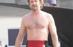 Gerard Butler : Sur la plage, pectoraux à l'air, il est relax, il est sexy