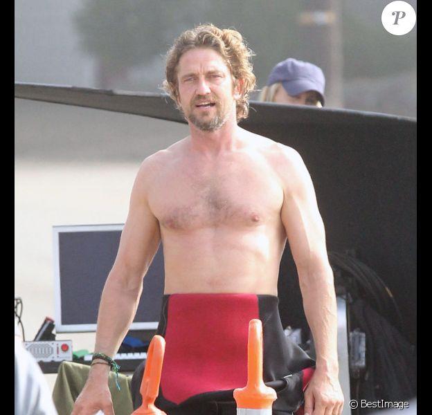 Gerard Butler, torse nu, sur le tournage de Of Men and Mavericks, le 11 octobre 2011 à Los Angeles.