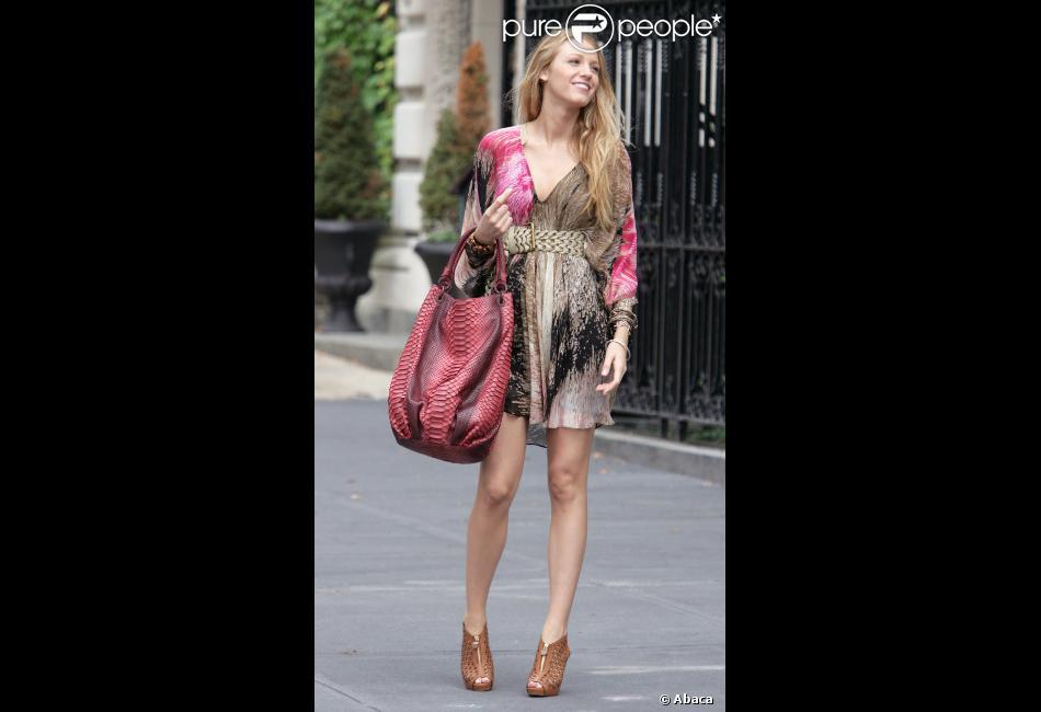 En Robe Diane Von Furstenberg Perchee Sur Des Boots Pierre Hardy Blake Lively Alias Serena Van Der Woodsen Dans Gossip Girl Est Radieuse La It Touch Le It Purepeople