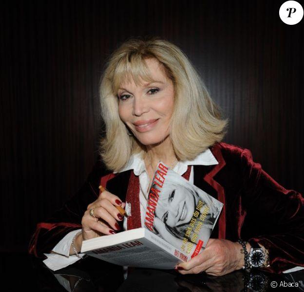 Amanda Lear à l'hôtel Mathurin, présente ses toiles et son livre, le 18 octobre 2011