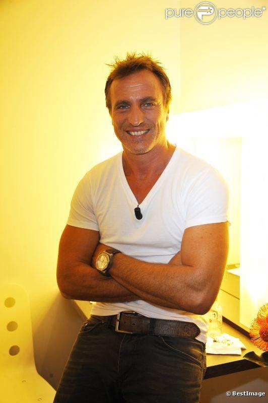 David Ginola sur le plateau d'enregistrement de l'émission Vendredi sur un plateau diffusée le 7 octobre 2011