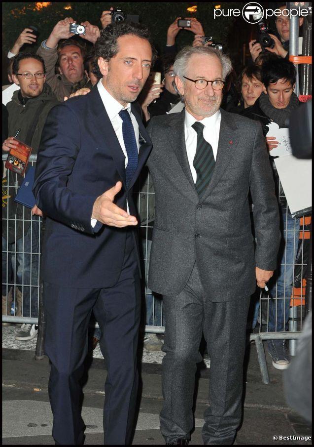 Gad Elmaleh et Steven Spielberg pour l'avant-première des  Aventures de Tintin : Le Secret de la Licorne , à Bruxelles, le 22 octobre 2011.