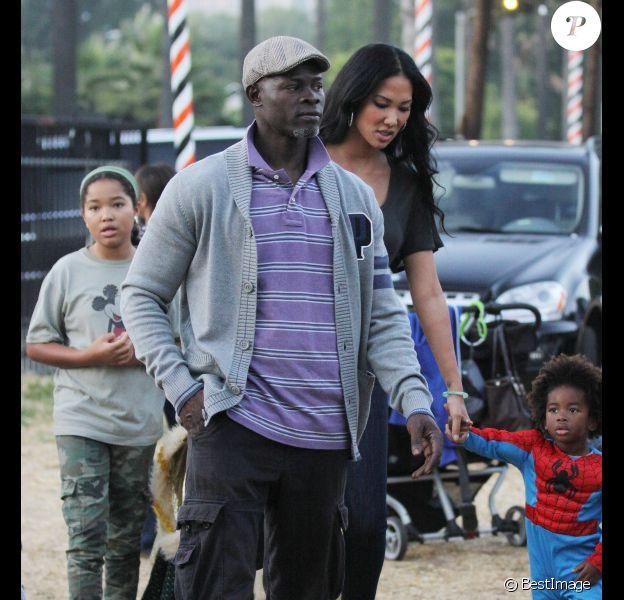 Djimon Hounson et Kimora Lee emmènent leur fils Kenzo Lee chez Mr Bone's Pumpkin Patch à Los Angeles le 22 octobre 2011.
