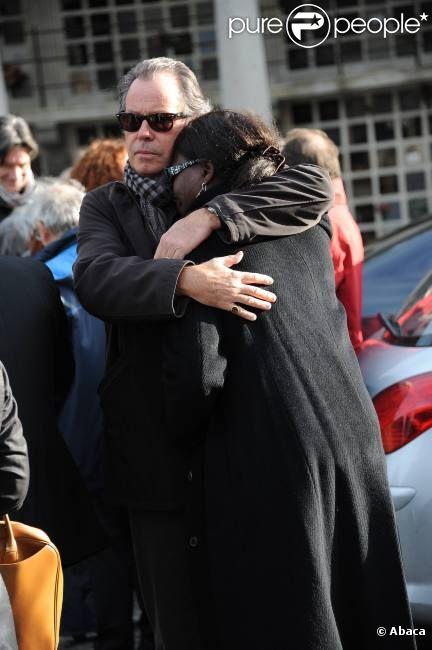 Michel Leeb et la compagne de Jean Amadou, Sylviane Codjia, en pleurs lors des obsèques de Jean Amadou au Père-Lachaise, le 27 octobre 2011