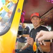 Jenson Button : Complètement Toc-toc de son tuk-tuk
