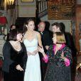 Lors de sa première mission officielle en solo en remplacement du prince Charles à Clarence House le 26 octobre 2011, la duchesse Catherine, avec son inhabituelle coiffure relevée, a laissé voir une longue cicatrice derrière sa tempe gauche.