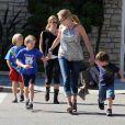 Sharon Stone emmène ses fils Roan, Laird et Quinn chez Pinkberry à West Hollywood pour manger un yaourt glacé le 27 octobre 2011