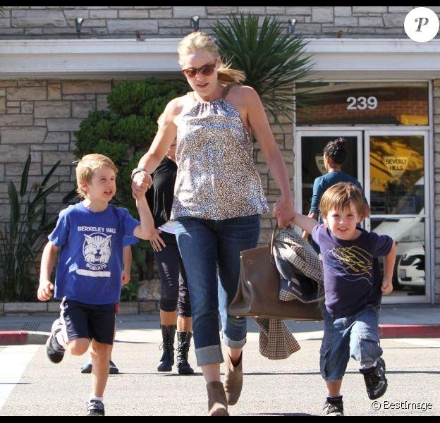 Sharon Stone court avec ses fils Roan, Laird et Quinn  le 27 octobre 2011 à Los Angeles