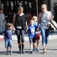 Sharon Stone passe une bonne journée avec ses fils Roan, Laird et Quinn chez Pinkberry à West Hollywood où ils vont déguster un yaourt glacé le 27 octobre 2011