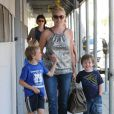 Sharon Stone passe l'après-midi avec ses fils Roan, Laird, et Quinn après être allée les chercher à l'école à Los Angeles le 27 octobre 2011