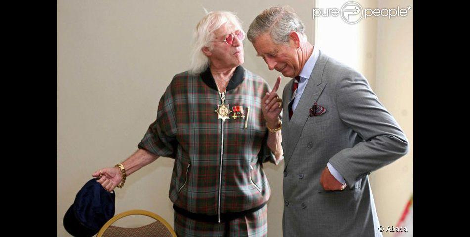 Elisabeth 2  La Reine Reptilienne a parlé...Les merdias étaient ravis !  731432-jimmy-savile-en-compagnie-du-prince-950x0-2