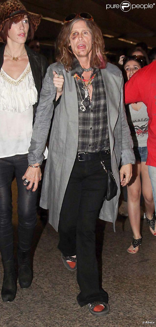 Steven Tyler, toujours bien amoché, et sa petite-amie Erin Brady arrivent à l'aéroport de Sao Paulo, le 30 octobre 2011.