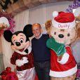 Jean-Michel Aphatie pose à l'occasion de la soirée de lancement des festivités de Noël aux parcs Disneyland Paris, le samedi 5 novembre 2011.