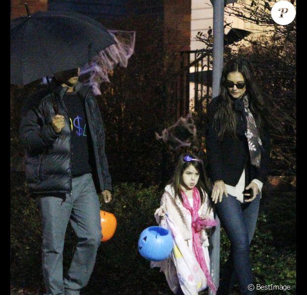 La petite jambes nues Katie Holmes et Suri Cruise déguisée en princesse pour Halloween, le 31 octobre 2011, à Pittsburgh