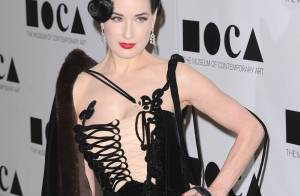 Dita Von Teese pin-up décolletée, face à Lisa Edelstein amoureuse