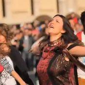 Laura Pausini submergée de fans en plein coeur de Milan