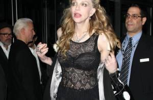 Courtney Love fait tache au milieu de l'élite du cinéma et de la mode