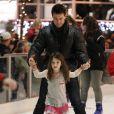 Tom Cruise, Katie Holmes et leur fille Suri Cruise s'éclatent à la patinoire à Pittsburgh le 19 novembre 2011
