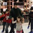 Tom Cruise apprend à son adorable Suri Cruise à patiner devant Katie Holme à la patinoire à Pittsburgh le 19 novembre 2011