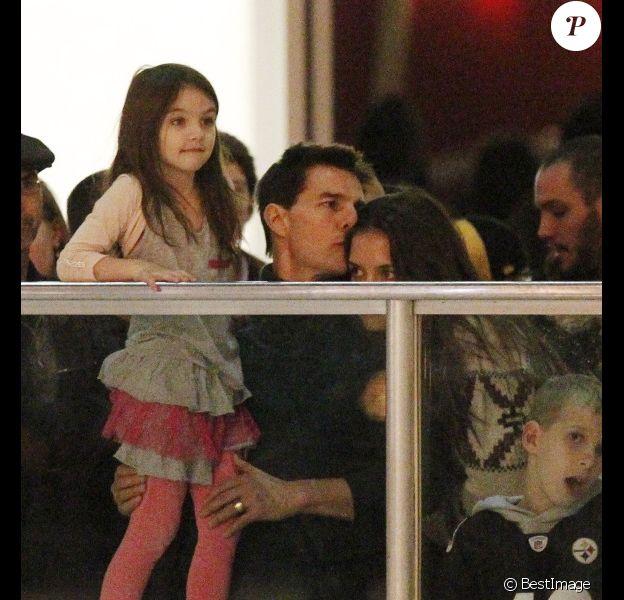 Tom Cruise, Katie Holmes et leur fille Suri Cruise : moment de complicité en famille à la patinoire à Pittsburgh le 19 novembre 2011