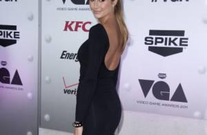 Stacy Keibler, lumineuse sans son chéri George Clooney, devient une vraie geek