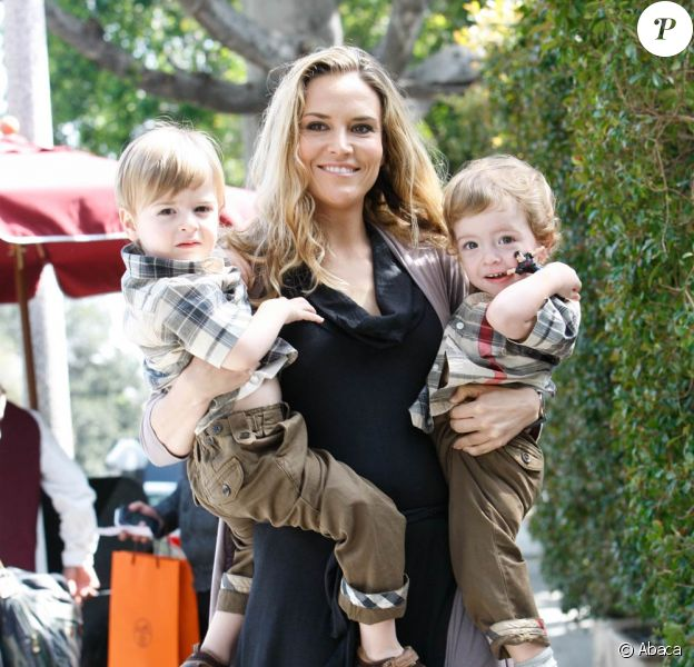 Brooke Mueller, l'ex-femme de Charlie Sheen, consent à se séparer de leurs jumeaux Bob et Max pour faire une nouvelle tentative en rehab' en décembre 2011.