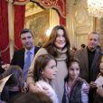 Carla Bruni Sarkozy a joué la mère Noël pour le Noël de l'Elysée ce mercredi 14 décembre 2011