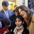 Carla Bruni Sarkozy a pris la pose avec les enfants lors du Noël de l'Elysée ce mercredi 14 décembre 2011