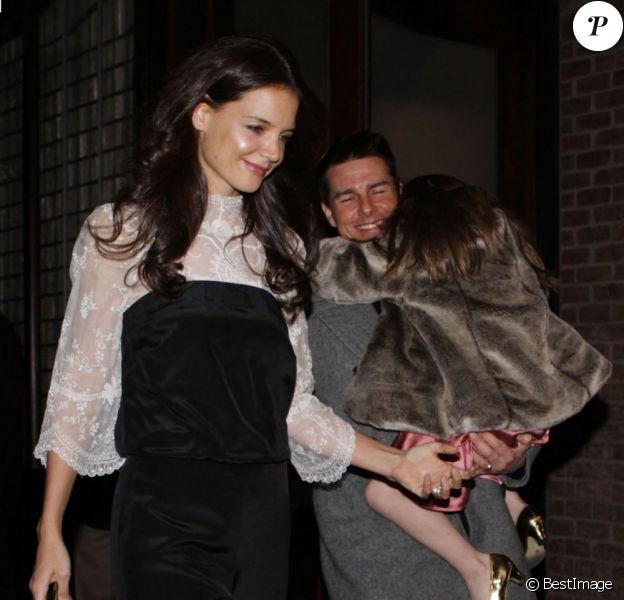 Katie Holmes, Suri et Tom Cruise sortent du restaurant où ils ont célébré le 33e anniversaire de Katie. Le 18 décembre à New York