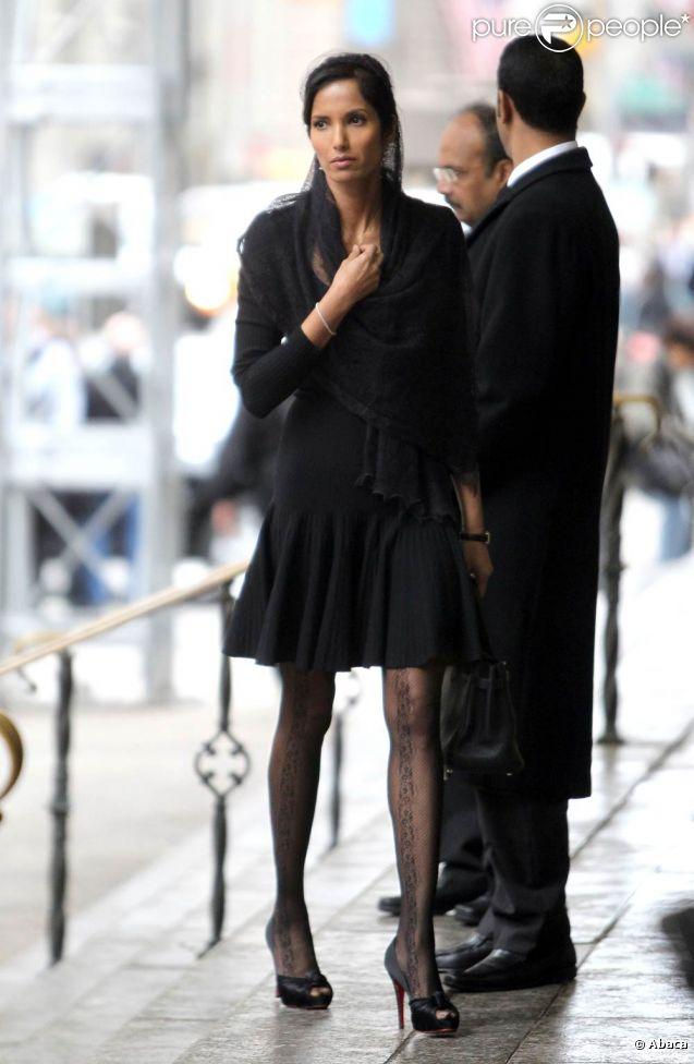 Padma Lakshmi aux obsèques de son ami Ted, décédé d'un cancer. Le 29 novembre 2011, à New York