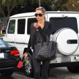 Ashley Tisdale, en accessoires Chanel, Louis Vuitton et  inséparable de son Luggage de Céline. Los Angeles, le 15 décembre 2011.