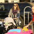Jessica Alba a fait ses courses de Noël le 21 décembre 2011 à Los Angeles
