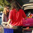 Jessica Alba a pu compter sur l'aide des employés pour charger le coffre de sa voiture après une séance shopping.  Le 21 décembre 2011 à Los Angeles