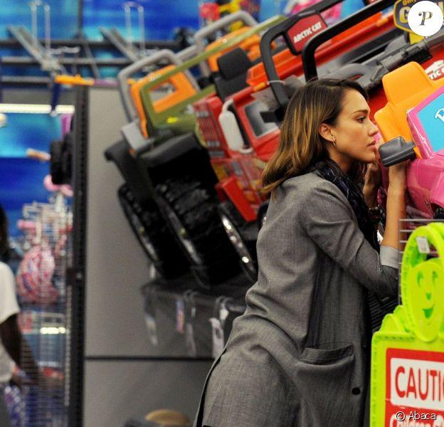 Jessica Alba en pleine fièvre acheteuse a acheté une belle voiture Barbie à sa fille Honor pour la fête de Noël. Le 21 décembre 2011