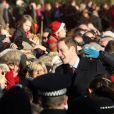Le prince William acclamé après la messe de Noël de la famille royale, le 25 décembre 2011.   Le Noël 2011 de la famille royale britannique à Sandringham a été marqué par l'absence du prince Philip, hospitalisé, mais aussi par l'extraordinaire engouement suscité par Kate Middleton, attraction à Sandringham pour son premier Noël royal.
