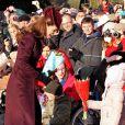 Bain de foule de Noël pour Kate Middleton, le 25 décembre 2011 à la sortie de l'église, qui a attiré une foule inédite à Sandringham.   Le Noël 2011 de la famille royale britannique à Sandringham a été marqué par l'absence du prince Philip, hospitalisé, mais aussi par l'extraordinaire engouement suscité par Kate Middleton, attraction à Sandringham pour son premier Noël royal.