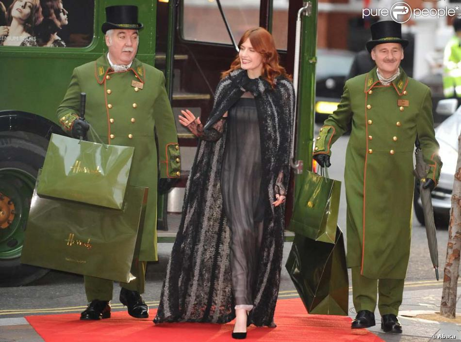 Florence Welch Lance Les Soldes D 39 Hiver Au Grand Magasin