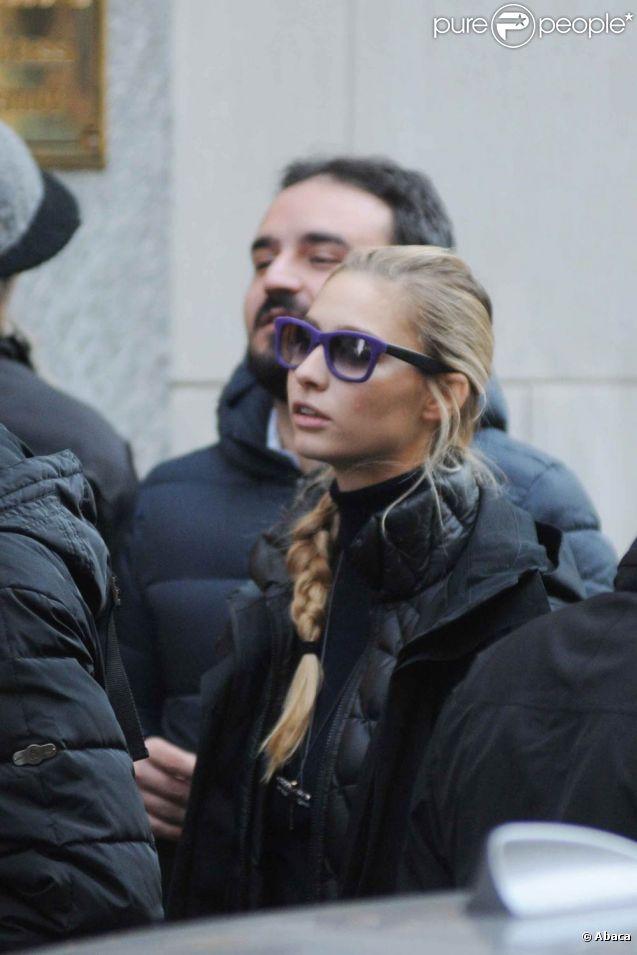 Beatrice Borromeo, petite amie d'Andrea Casiraghi, en séance shopping à Milan le 26 décembre 2011.