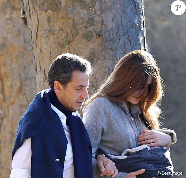Carla Bruni et son époux Nicolas Sarkozy, en compagnie de leur fille Giulia, à La Lanterne, le 31 octobre 2011.