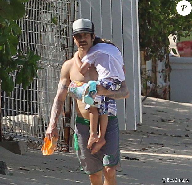 Anthony Kiedis et son fils Everly à Saint-Barthélemy, le 29 décembre 2011.