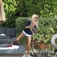 """"""" Victoria Silvstedt se détend près d'une piscine de Miami le 29 décembre 2011 """""""