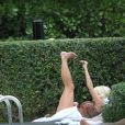 """"""" Victoria Silvstedt fait un peu de gym pour entretenir sa sublime silhouette près d'une piscine de Miami le 29 décembre 2011 """""""