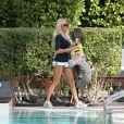 Victoria Silvstedt se détend près d'une piscine de Miami le 29 décembre 2011