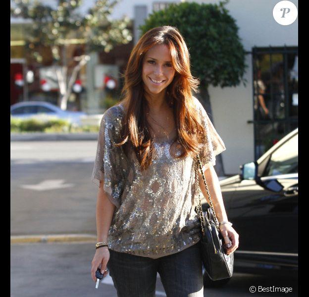 Jennifer Love Hewitt, tout sourire dans le quartier de Studio City à Los Angeles, le 4 janvier 2012.